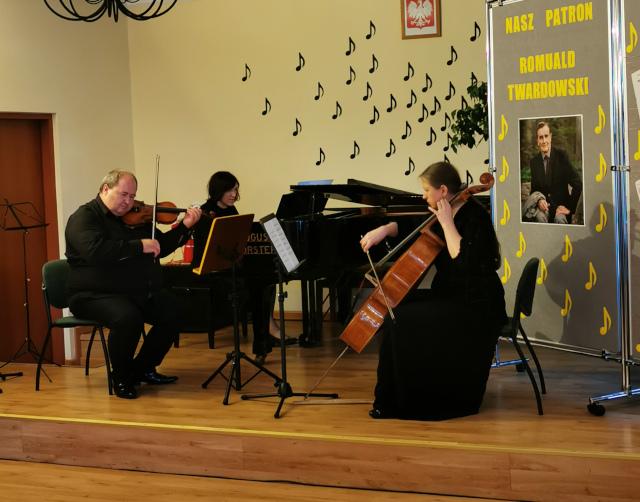 Trio instrumentalne - kobieta na wiolonczeli, kobieta na fortepianie, mężczyzna na skrzypcach